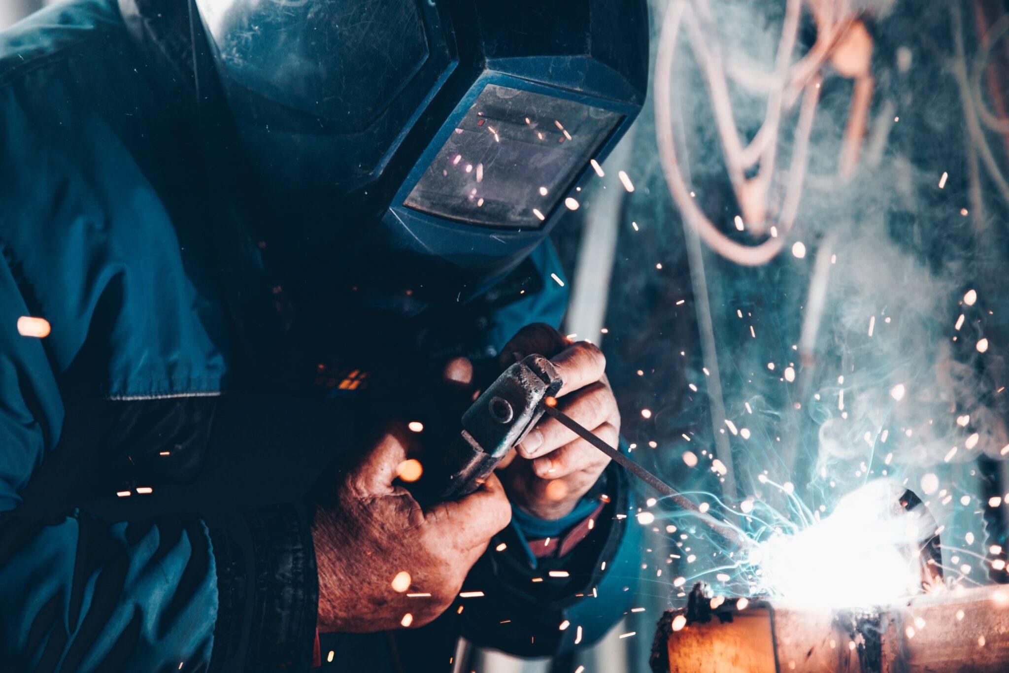Un soldador trabaja protegido por una máscara