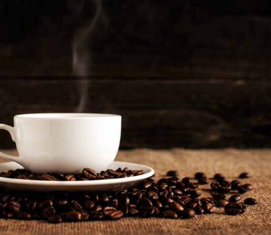 una taza de café sobre granos de café