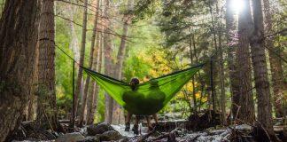 dos personas descansando en un entorno idílico