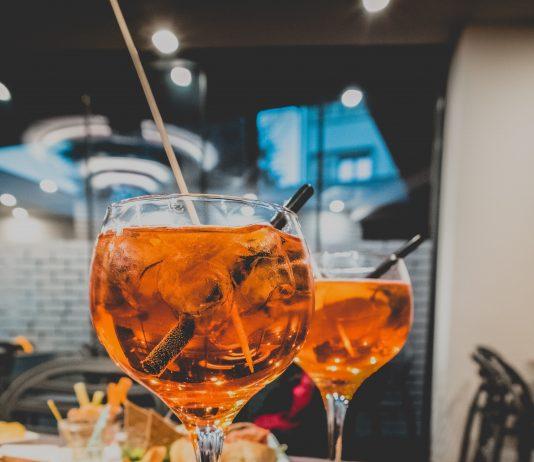dos copas de alcohol servidas en una mesa
