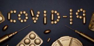 una ilustración en dorado de medicinas y jeringuillas ordenadas para que sea lea covid-19