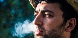 Retrato de un hombre joven fumando